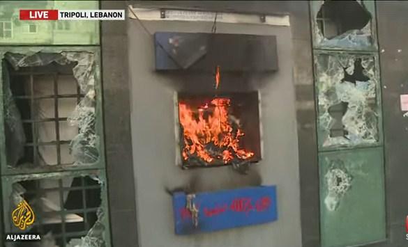 Lübnan'da halk ayaklandı, banka şubeleri ateşe verildi!