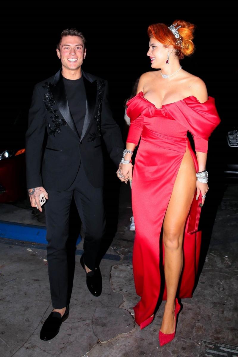 Bella Thorne yırtmaçlı kırmızı elbise ile partide
