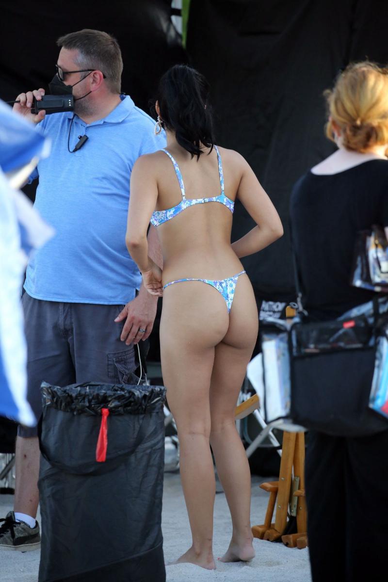 Camila Mendes bikiniyle Miami plajında
