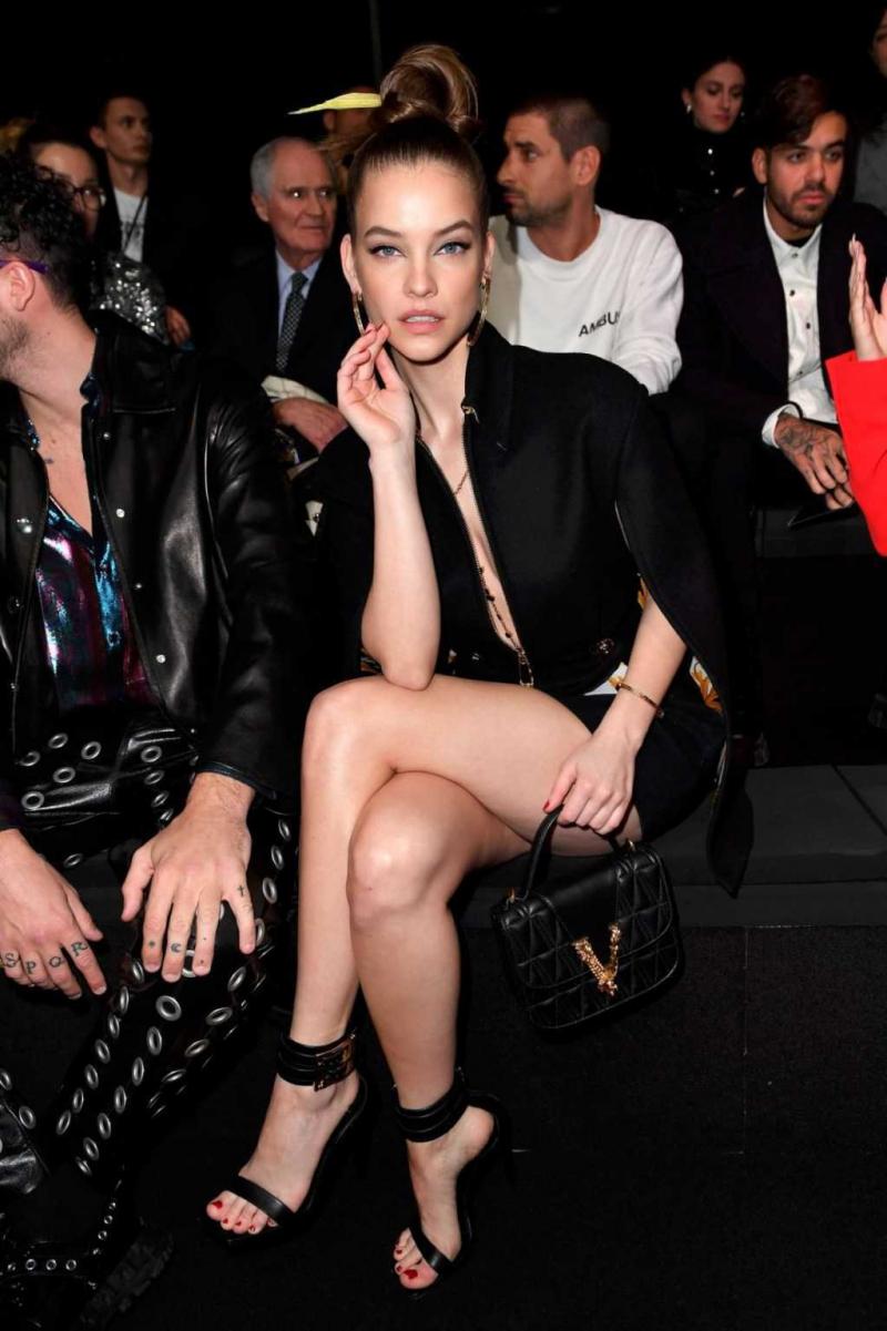 Barbara Palvin siyah mini elbiseyle Milan'da