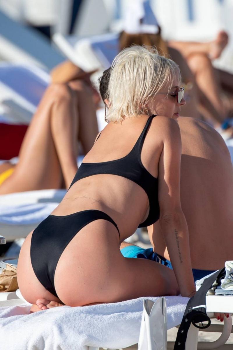 Caroline Vreeland siyah tanga bikini ile Miami'de