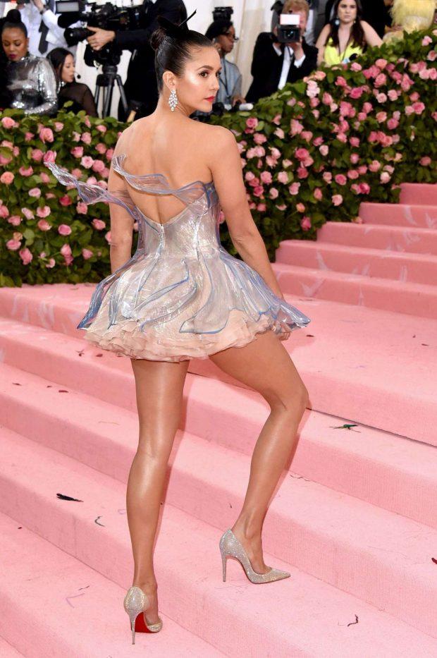 Nina Dobrev göğüs dekolteli mini elbisesiyle