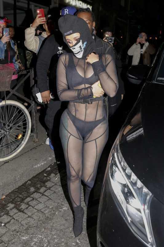 Cardi B şeffaf kostümüyle Paris'te