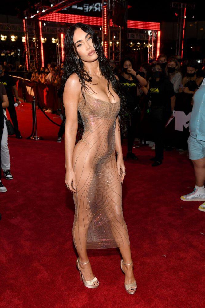 Megan Fox şeffaf elbiseyle 2021 MTV Video Müzik Ödülleri etkinliğinde