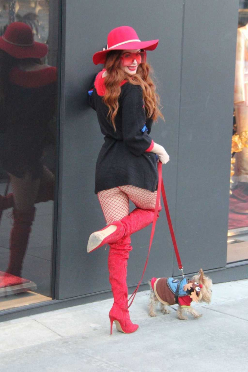 Phoebe Price fileli çorapla Los Angeles'ta