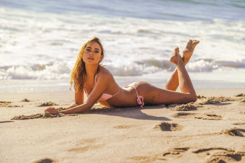 Kimberley Garner pembe bikini ile St Tropez'de