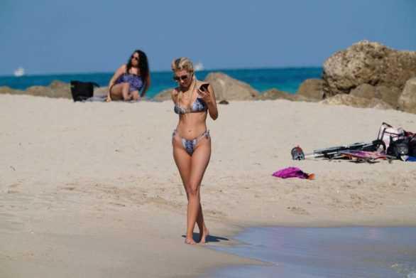 Chealse Sophia Howell bikiniyle Miami plajında