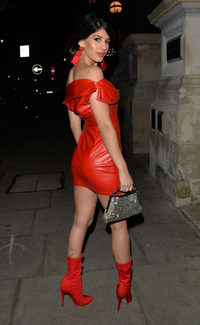 Jasmin Walia kırmızı deri elbiseyle