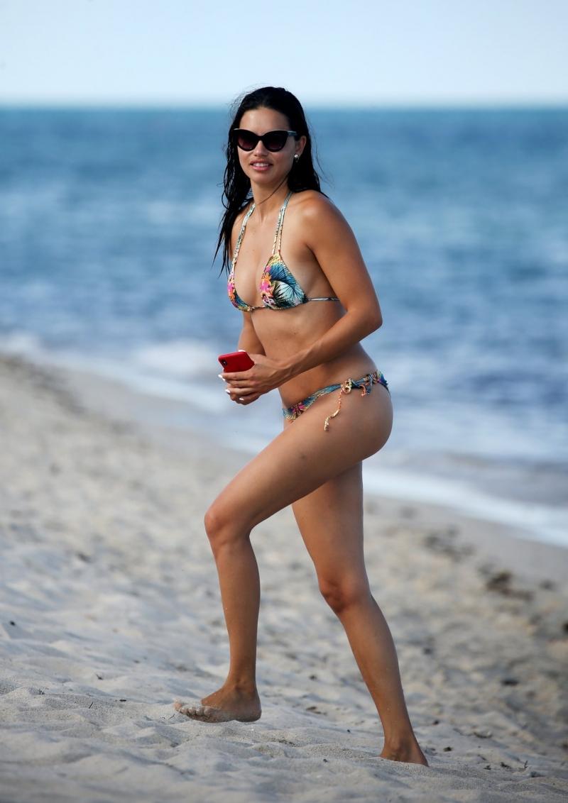 Adriana Lima – Bikini ile Miami plajında