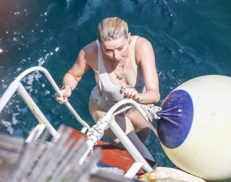Amber Heard beyaz mayoyla