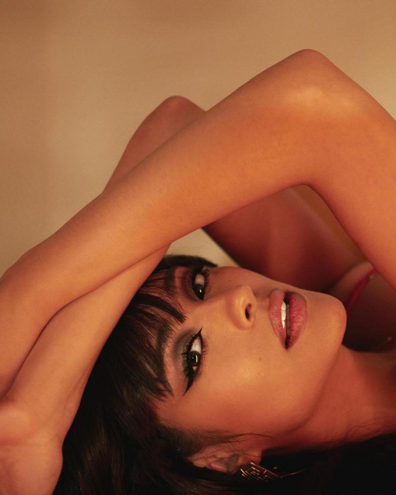 Shay Mitchell iç çamaşırıyla fotoğraf çekimlerinde