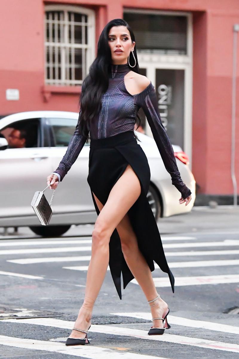 Nicole Williams yırtmaçlı elbiseyle New York'ta