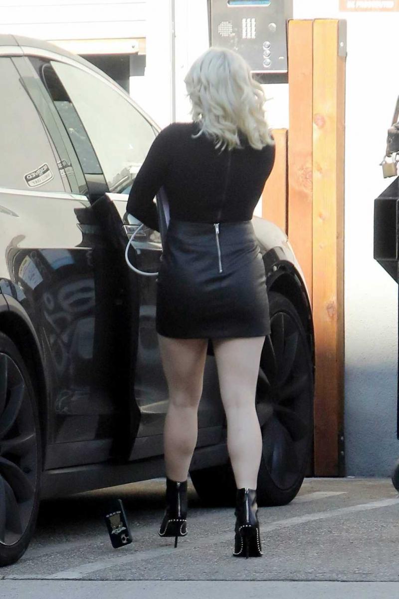 Ariel Winter siyah deri etek ile Los Angeles'ta