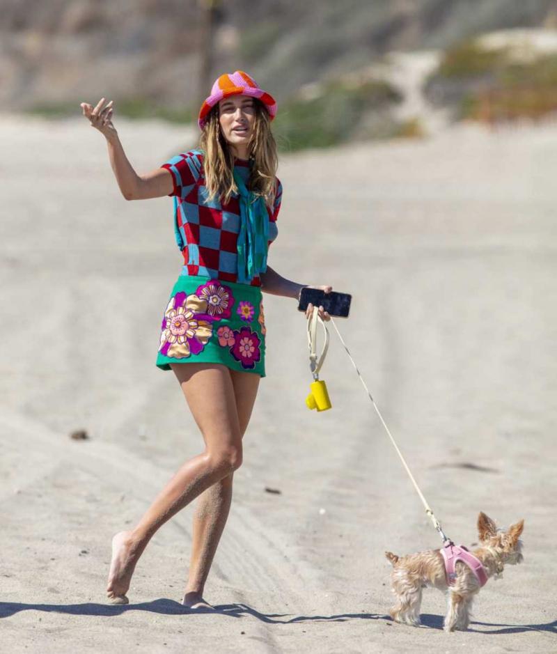 Hailey Bieber köpekle Malibu'da