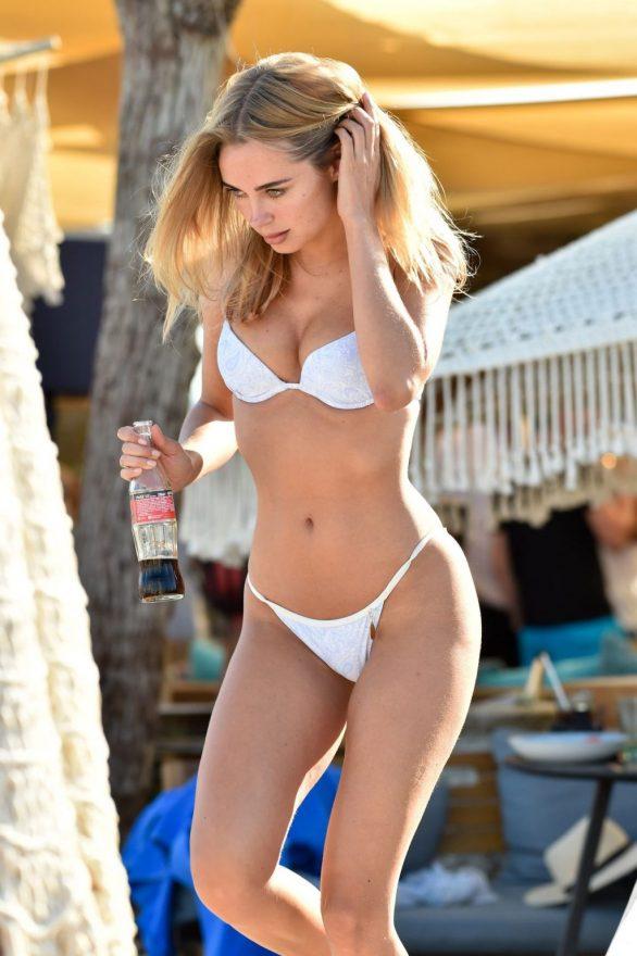 Kimberley Garner beyaz bikini ile St Tropez'de