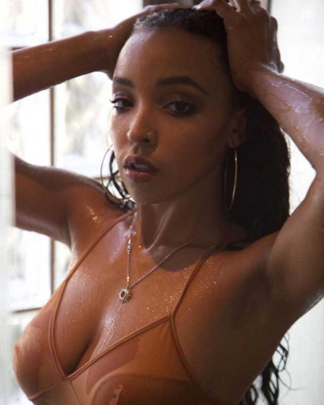 Tinashe ıslak elbiseyle kamera karşısında