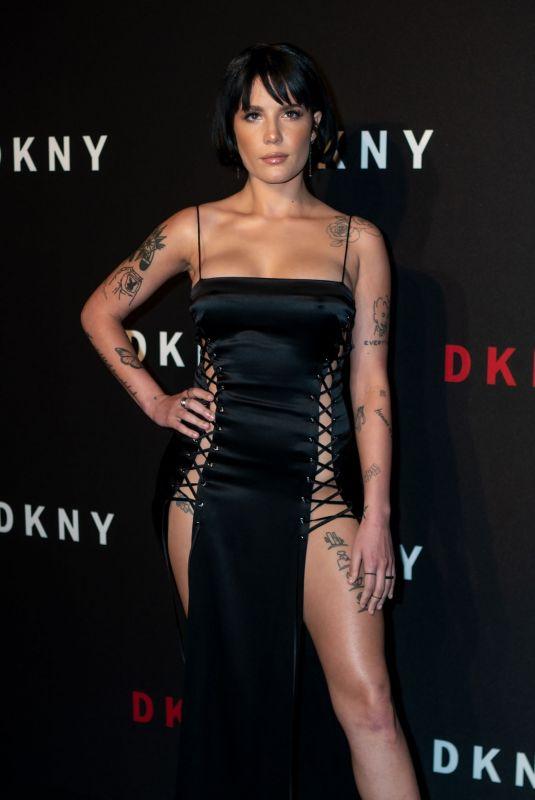 Halsey siyah elbise ile DKNY etkinliğinde