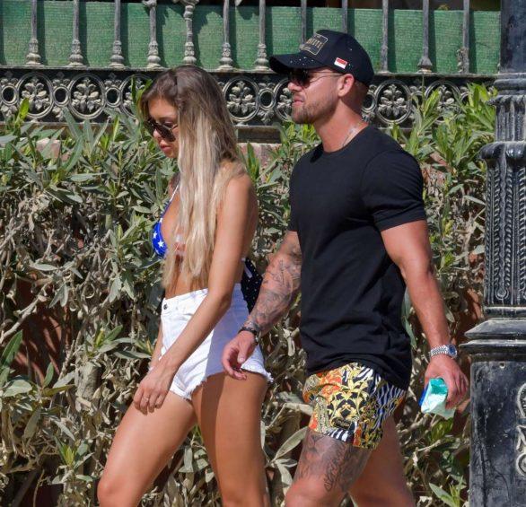 Ellie O'Donnell kot şort ve bikiniyle Marbella'da