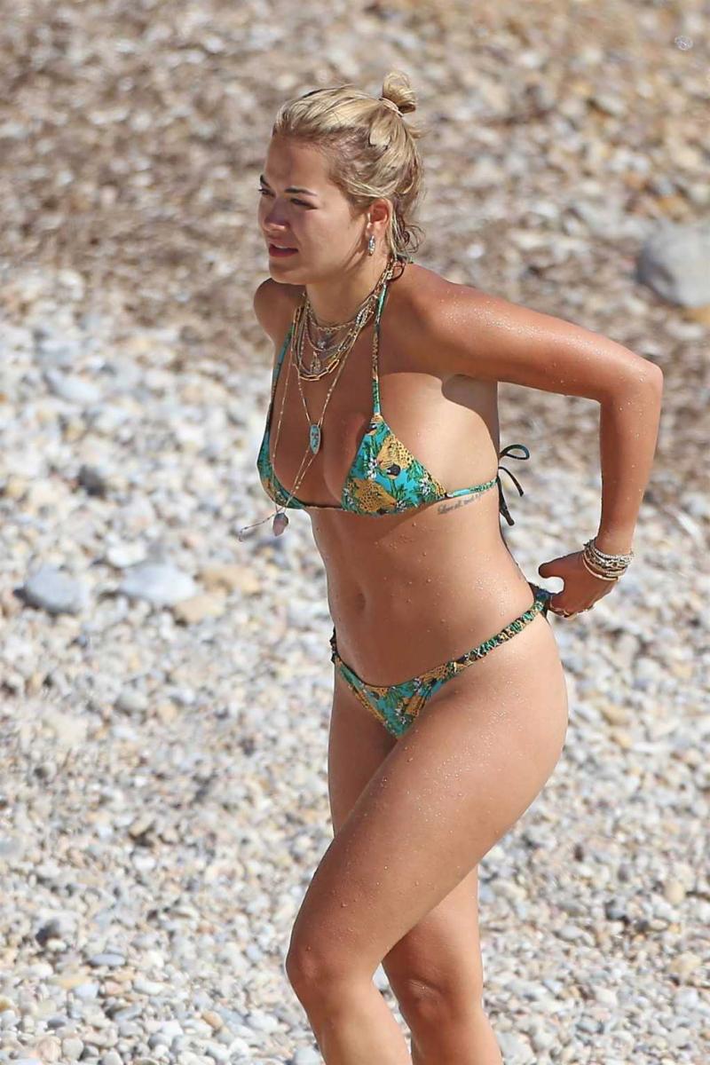 Rita Ora bikini ile Ibiza plajında