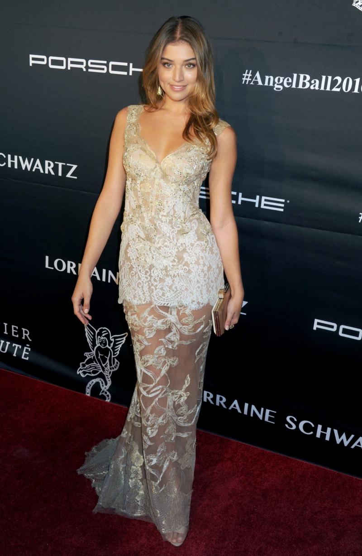 Daniela Lopez Osorio uzun elbise ile etkinlikte