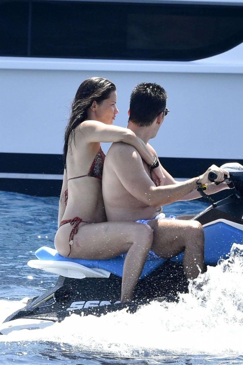 Adriana Lima bikini ile İtalya'da