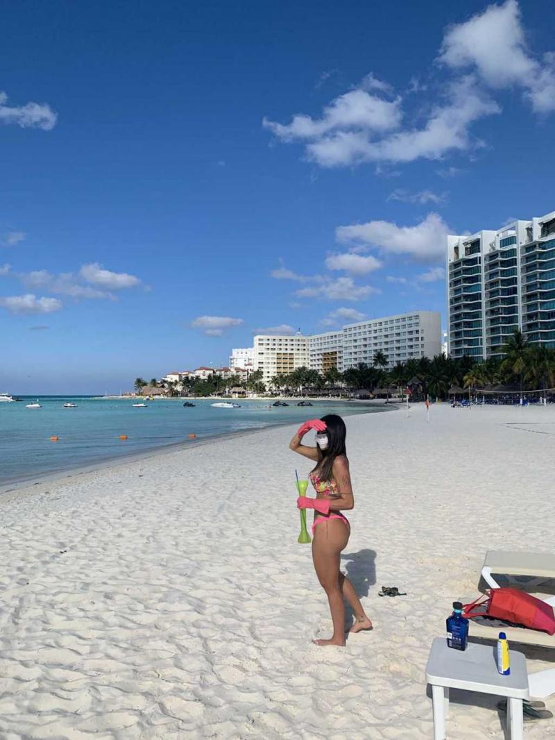 Liziane Gutierrez maskeyle plajda