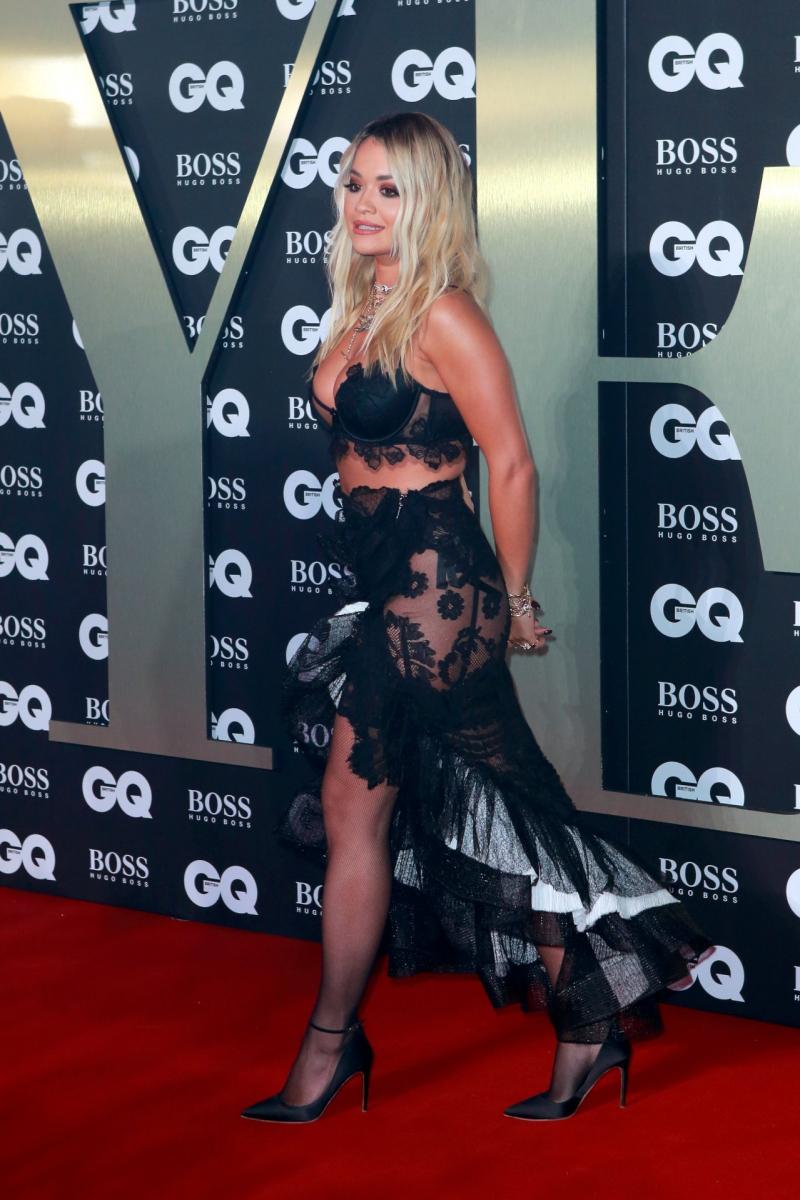 Rita Ora jartiyer ile GQ Men etkinliğinde