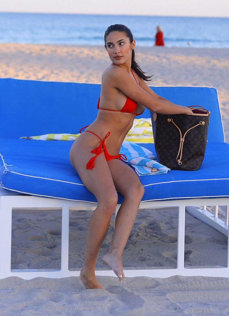 Tao Wickrath kırmızı bikiniyle Miami plajında