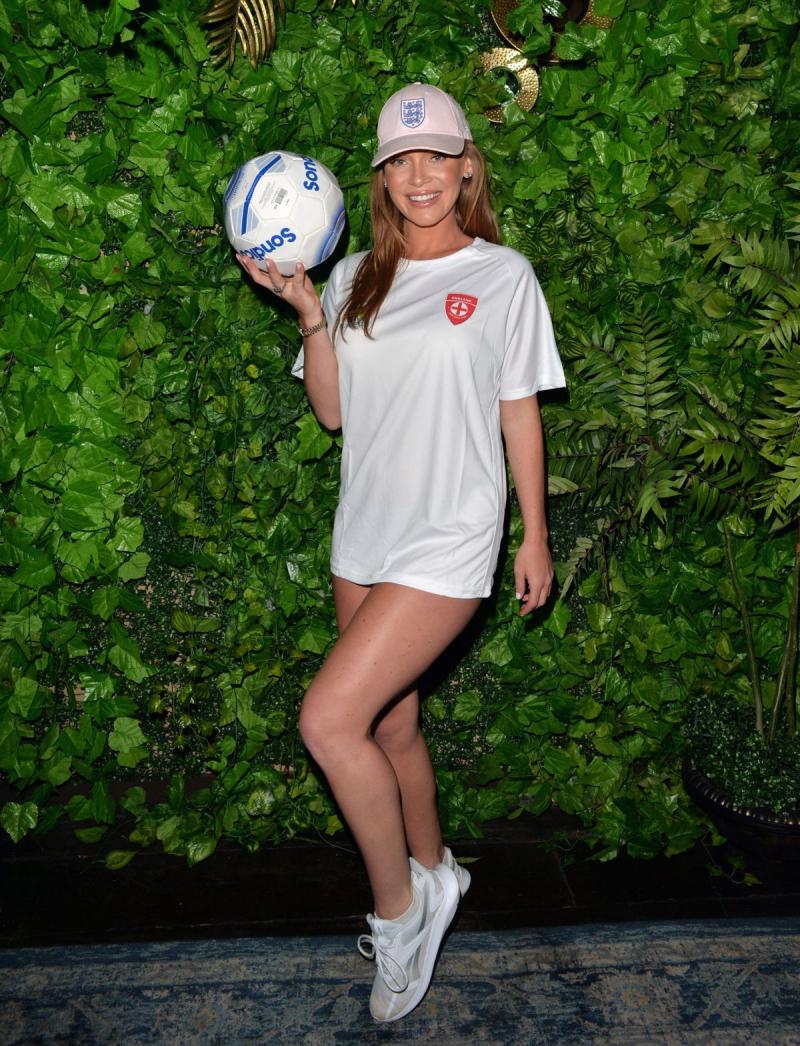 Summer Monteys-Fullam futbol topuyla çekimlerde