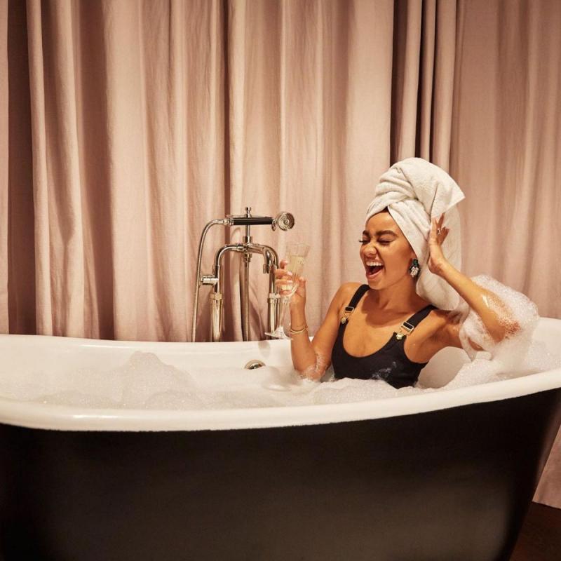 Leigh Anne Pinnock Her In'A'SeaShell çekimlerinde