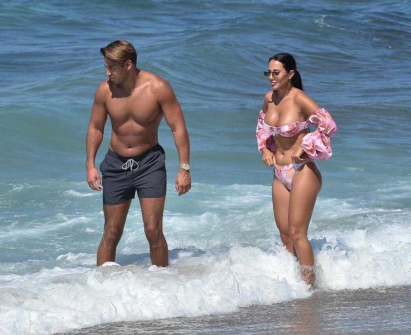 Yazmin Oukhellou bikini ile Kıbrıs'ta