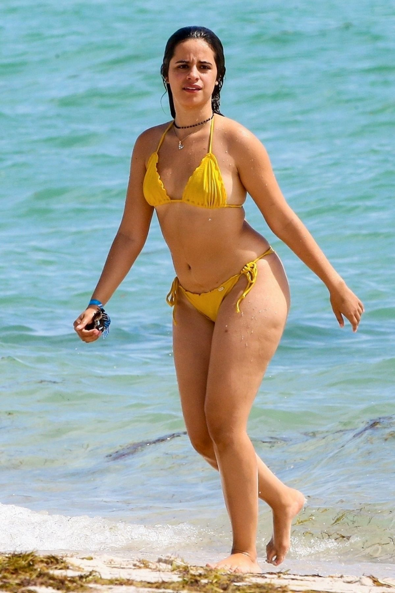 Camila Cabello sarı bikiniyle Miami plajında
