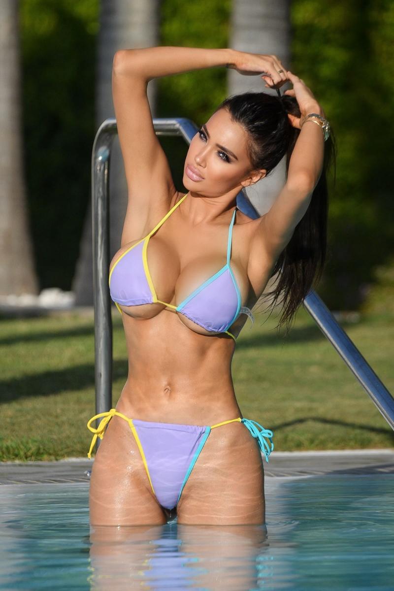 Chloe Khan bikini ile havuzda