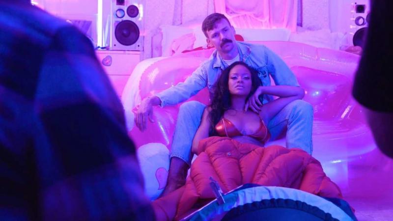 Rihanna kırmızı iç çamaşırıyla