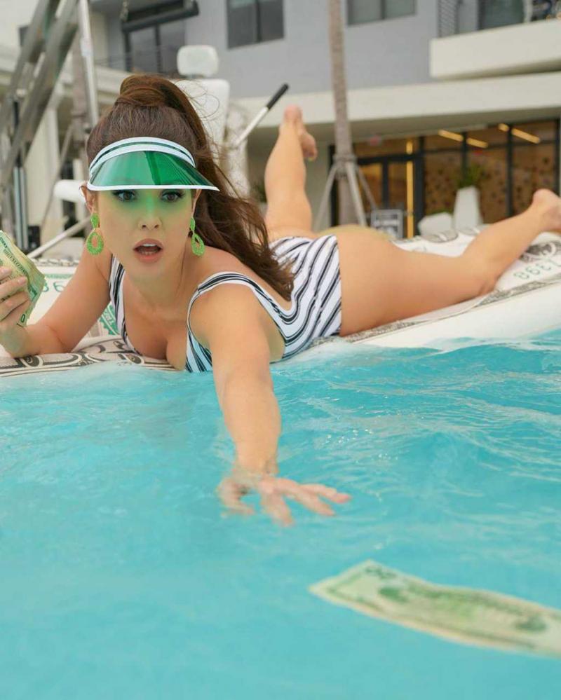Amanda Cerny mayoyla havuzda
