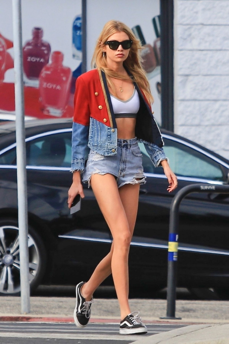 Stella Maxwell mini şort- Los Angeles