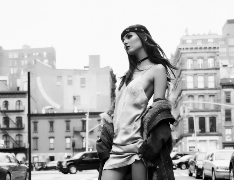 Victoria Justice sokakta elbiseyle