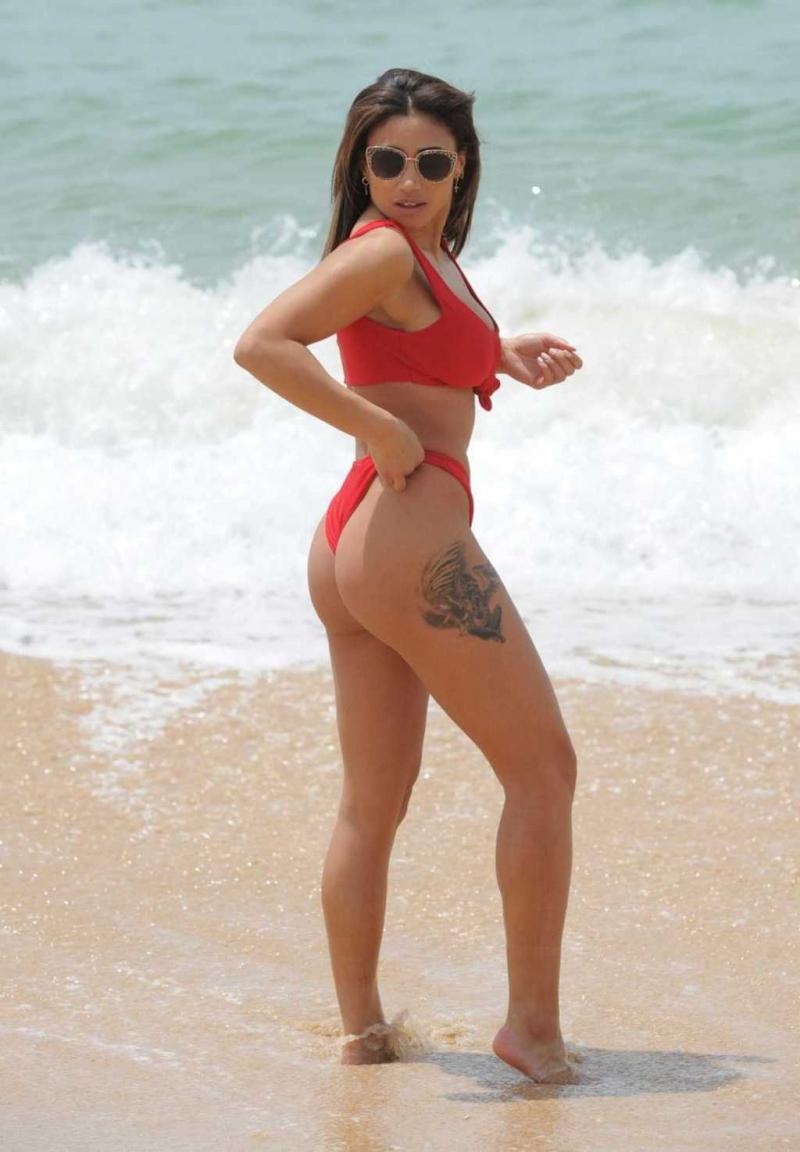Kayleigh Morris kırmızı bikiniyle Tenerife'de