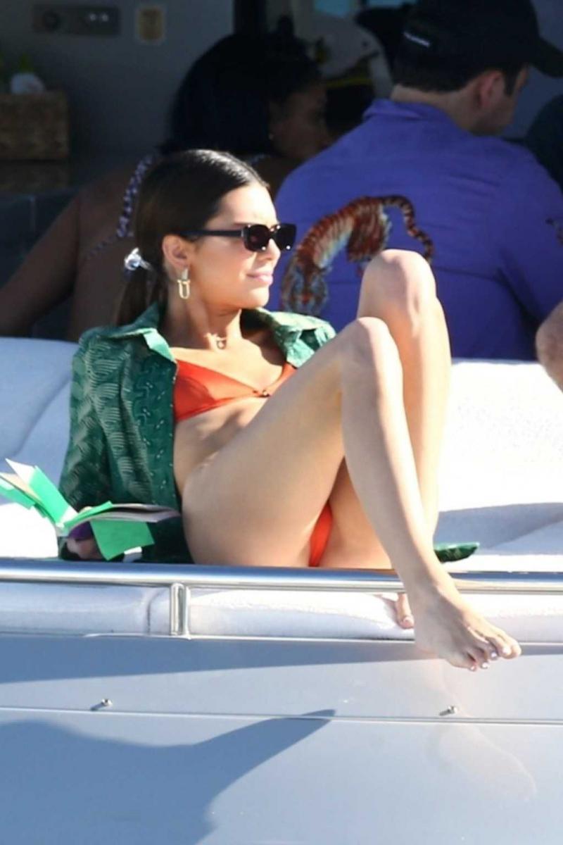 Kendall Jenner kırmızı tanga bikiniyle yatta
