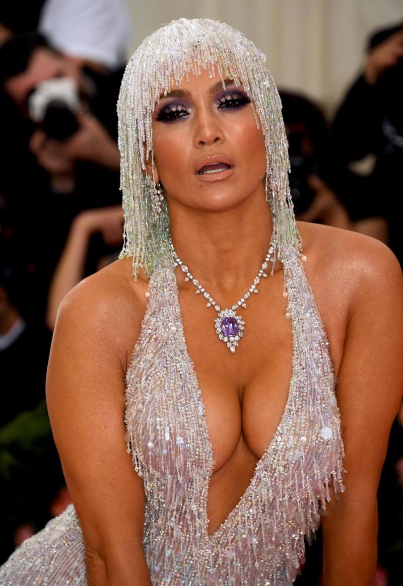 Jennifer Lopez göğüs dekolteli elbise ile