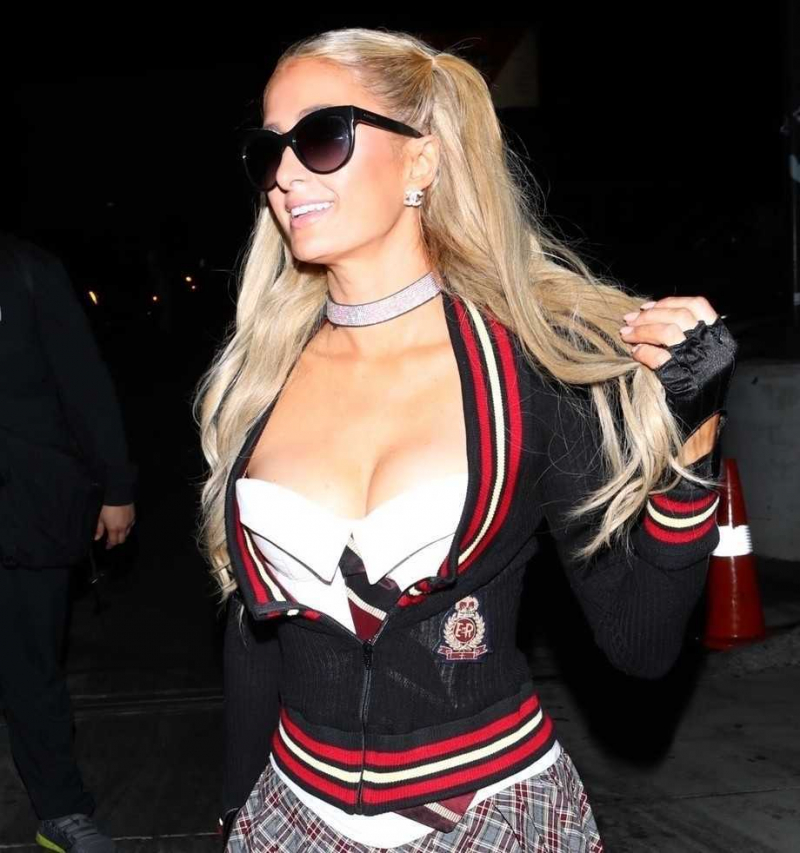 Paris Hilton mini etek ile partide