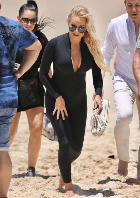 Pamela Anderson siyah taytla film setinde