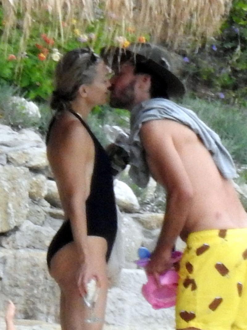 Kate Hudson bikini ve mayo ile Yunanistan'da