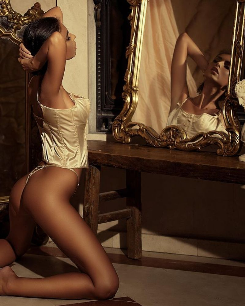 Laura Giraudi iç çamaşırı ile fotoğraf çekimlerinde