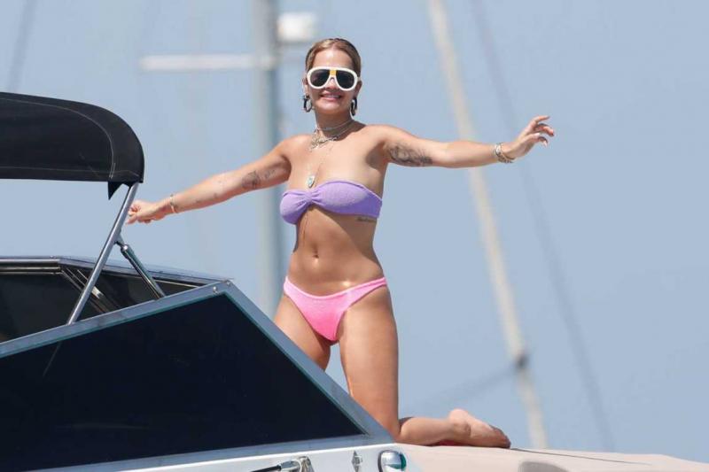 Rita Ora bikini ile Ibiza'da botta