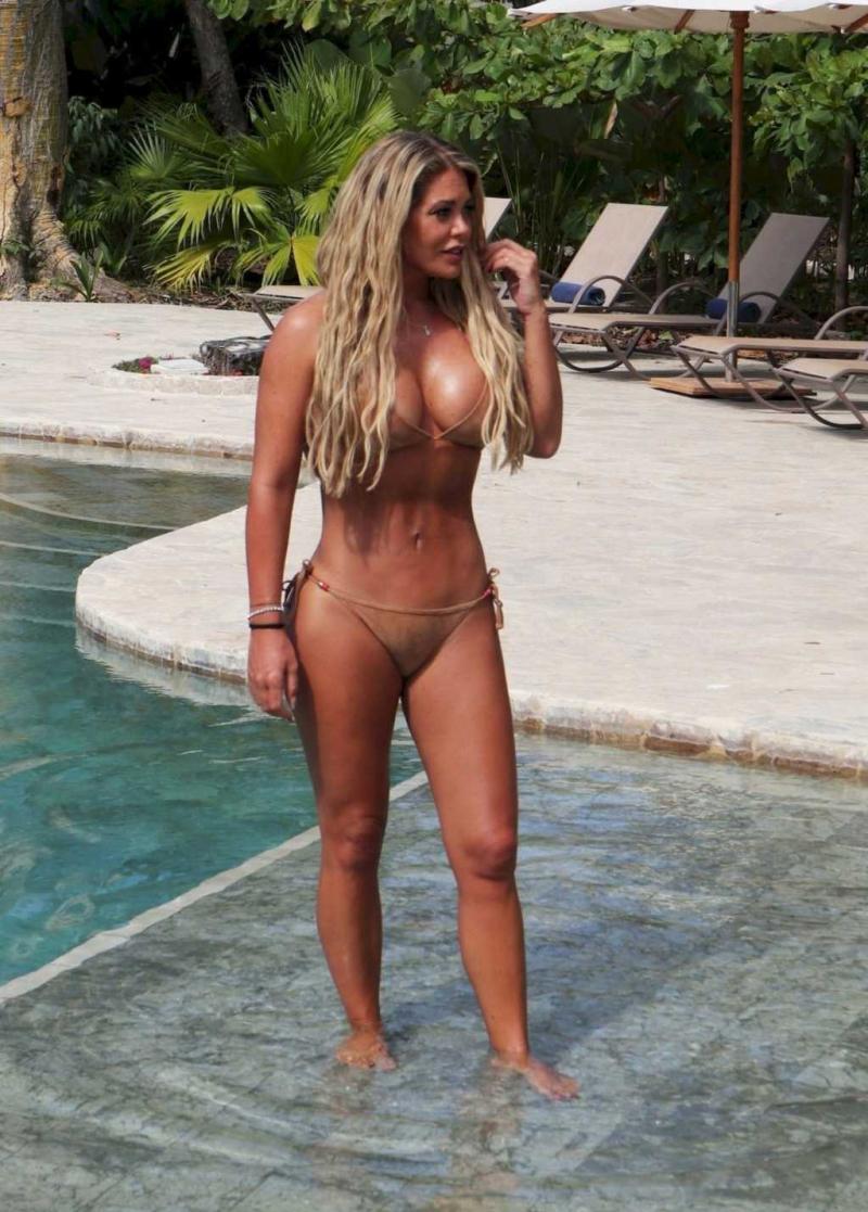 Bianca Gascoigne Tayland'da bikiniyle havuzda
