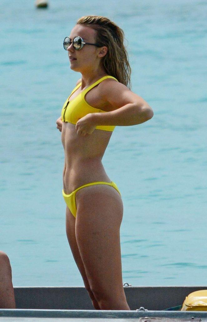 Tallia Storm sarı bikiniyle Barbados'ta