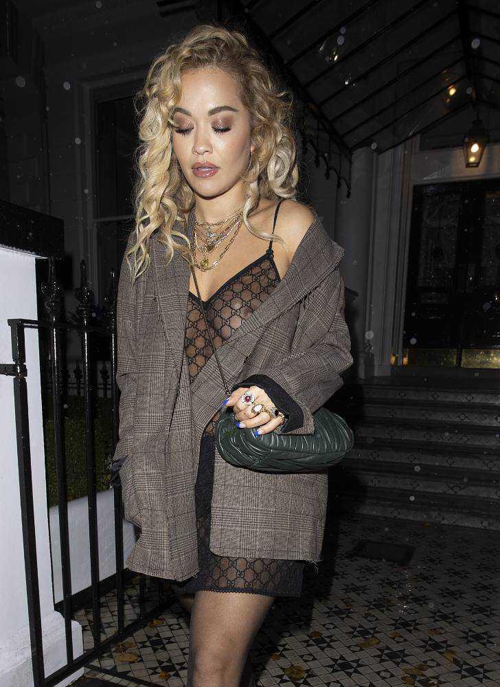 Rita Ora transparan elbise ile Londra'da