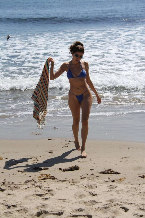 Blanca Blanco mavi bikini ile Malibu plajında