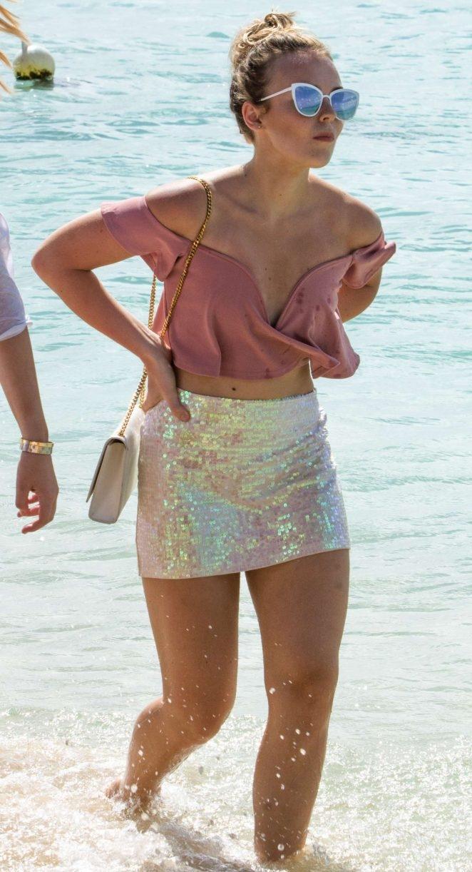 Tallia Storm mini elbise ile deniz kenarında